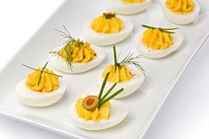 Recetas para hacer huevos rellenos y tomates rellenos. Varias ideas simples para hacer huevos y tomates rellenos