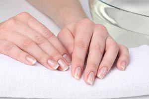 Cómo quitar las manchas amarillas de las uñas