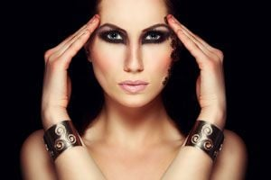 Cómo hacer un maquillaje dramático para las noches de invierno