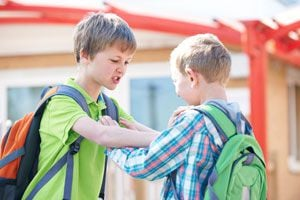 Niños mostrando violencia en una escuela