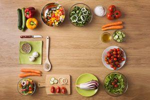 Ilustración de Cómo hacer ensaladas clásicas con toques diferentes