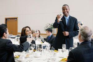 Cómo tener una buena conducta en una mesa formal.