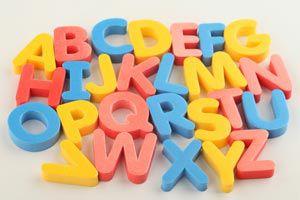 Ilustración de Cómo enseñarle el alfabeto a los niños con letras imantadas