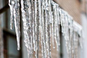 Cómo hacer falsas estalactitas de hielo para simular la blanca Navidad