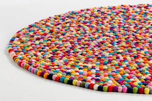 Pasos para crear alfombras con bolas de fieltro. Técnica de trabajo en fielbro para alfombras y otros objetos. Cómo hacer bolas de fieltro