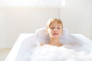 Cómo preparar baños relajantes económicos