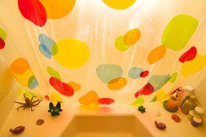Cómo decorar una cortina de baño