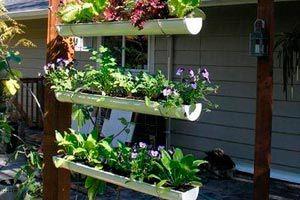 Método para crear macetas en canaletas colgantes. Crea macetas colgantes con canaletas para cultivar plantas en balcón o terraza.