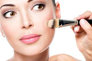 Cómo aplicar la base y las luces de maquillaje
