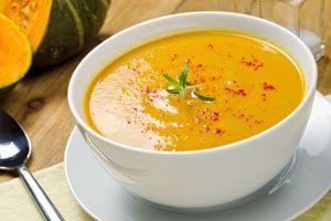 Plato de sopa cremosa de Zapallo