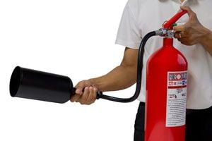 Cómo prevenir accidentes con el fuego en el hogar. Extintor para apagar el fuego. Alarmas de prevención de incendios.