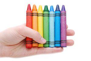 Procedimiento para estampar prendas de tela con crayones de cera. Cómo usar los crayones para pintar ropa. Idea para dibujar prendas con crayones