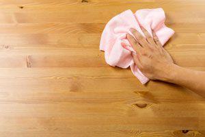 Limpieza de superficies de madera con un trapo