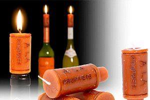 Como hacer un candelabro con una botella de vino y velas como corcho. Un candelabro original con una botella de vino. Corchos hechos de parafina.