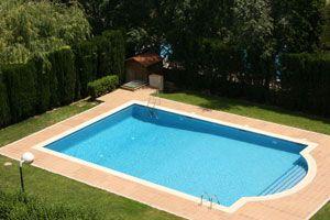 Instalar piscinas de material o piscinas de fibra for Que piscina es mejor
