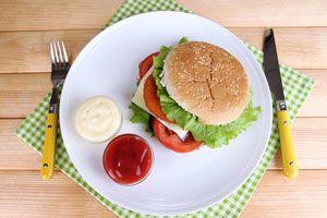 Plato con hamburguesa casera