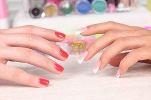 Ventajas y diferencias entre las uñas de gel y las uñas acrílicas. Tipos y usos de las uñas postizas. Cómo usar las uñas artificiales.