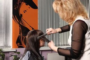 Tratamiento para alisar el cabello con keratina. Cómo alisarte el cabello con keratina en casa. Método para alisar el cabello en casa con keratina.