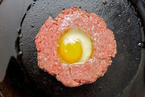 Cómo hacer hamburguesas con huevo frito relleno