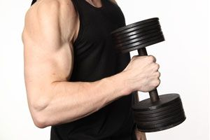 Cómo ejercitar bíceps y tríceps con mancuernas. Sesiones, repeticiones y descanso.