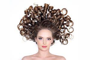 Mujer con cabello brillante luciendo rizos perfectos