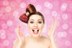 Ilustración de Cómo Decorar un Peinado con Moño