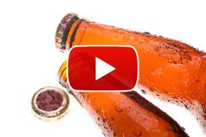 Cómo destapar una botella sin usar abridor - Video