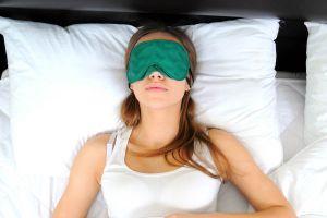 Un antifaz para relajar los ojos cansados. Cómo aliviar los ojos cansados. Pasos para hacer un antifaz para relajar los ojos