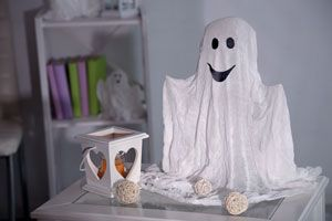 Ideas simples para hacer fantasmas y decorar la casa en Halloween. Cómo crear fantasmas para decorar en noche de brujas.