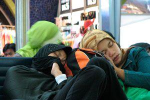 Tips para dormir en un aeropuerto. Qué hacer para poder dormir más cómodos en un aeropuerto. Se puede descansar bien en un aeropuerto?