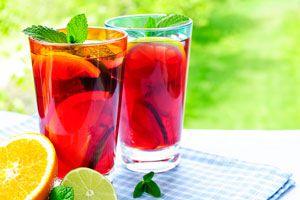 Recetas simples para preparar sangría. Cómo hacer sangría para el verano. Recetas de bebidas con vino para el verano