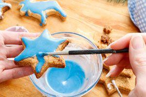 Pasos para fabricar pintura comestible. Cómo hacer pintura comestible para decorar tortas y comidas. Como decorar reposterías con pintura comestible