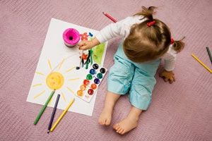 Cómo enseñarle a pintar a los niños. Claves para que los niños aprendan a pintar. Consejos para enseñarle a pintar a los bebés