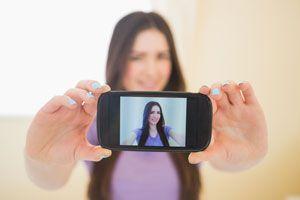 Consejos para tomar una selfie. Cómo sacar buenas selfies con el móvil. Claves para tomar selfies. Aprende a sacar buenas selfies
