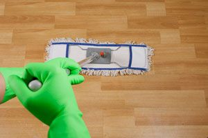 Cómo preparar limpiadores caseros para pisos. Recetas para hacer limpiadores naturales para los pisos. Cómo limpiar los pisos con recetas caseras