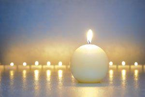 Claves para elegir las velas  adecuadas. Consejos para elegir las velas para encender cada día. Elige las velas según el color y el día