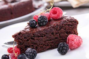 Receta para hacer pastel de chocolate con frutos rojos. Pastel de chocolate diferente. Preparación del pastel de chocolate con frutos rojos