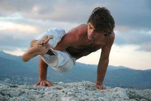 Posturas de yoga  para hombres modernos. 5 asanas de yoga para tonificar. Posturas de yoga para hombres que quieran tonificar