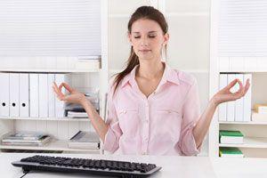 Cómo hacer ejercicios de yoga para la oficina. 2 asanas de yoga para hacer en la oficina. posturas de yoga para liberar tensiones