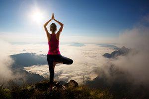 4 posturas de yoga intermedias para hacer de pie o sentado. Posturas de yoga intermedias para hacer sentado. Asanas de yoga intermedias