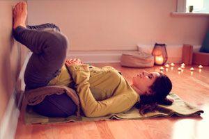 Ilustración de Asanas de Yoga para Aliviar los Cólicos Menstruales
