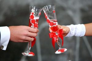 Cómo decorar las copas para el brindis en una boda. Ideas originales para decorar las copas en una boda. Decoración de las copas para el brindis