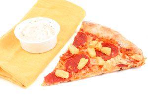 Cómo hacer una pizza con crema para untar. Receta de pizza casera con queso para untar. Pizza casera con queso al centro para untar