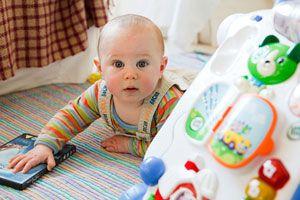 Ilustración de Cómo evitar accidentes en el hogar cuando el bebé comienza a caminar