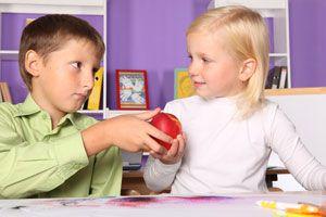 Tips para enseñarle a tu hijo a compartir y ser generoso