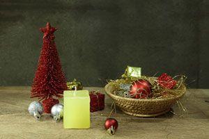 Cesta de navidad con adornos para el pino. Un cesto navideño con adornos para poner en el pino