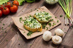 Cómo preparar queso casero con hierbas. Pasos para hacer queso con hierbas aromáticas. Queso casero saborizado con hierbas