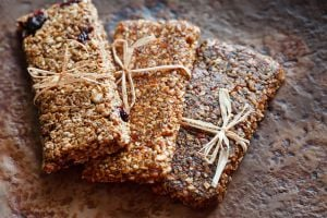 Receta para hacer barras energéticas caseras. barras energéticas de frutos secos y semillas.