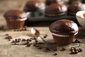 Muffins veganos cubiertos con un baño de chocolate casero