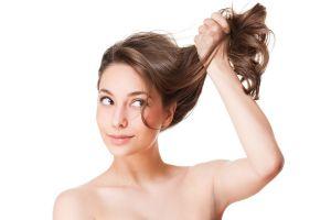 Mujer levantando el cabello reparado con tratamientos caseros